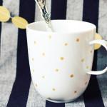 Tasse mit goldenen Punkten
