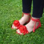 Sandalen mit Stoffblumen verzieren